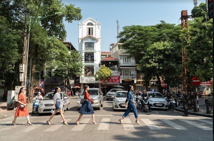 Bất ngờ khi những ngã tư đường Hà Nội được hô biến thành sàn catwalk - Ảnh 2.