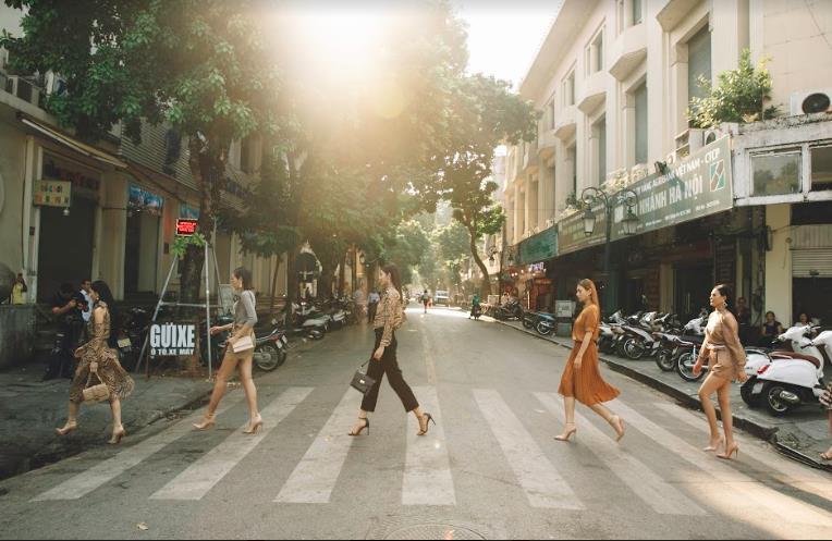 Bất ngờ khi những ngã tư đường Hà Nội được hô biến thành sàn catwalk - Ảnh 8.