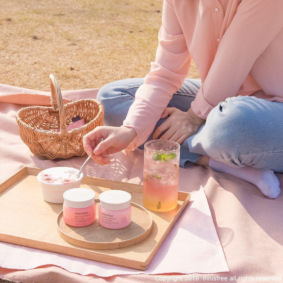innisfree mang tinh túy từ hoa anh đào Jeju lên dòng sản phẩm dưỡng trắng da mới toanh - Ảnh 2.
