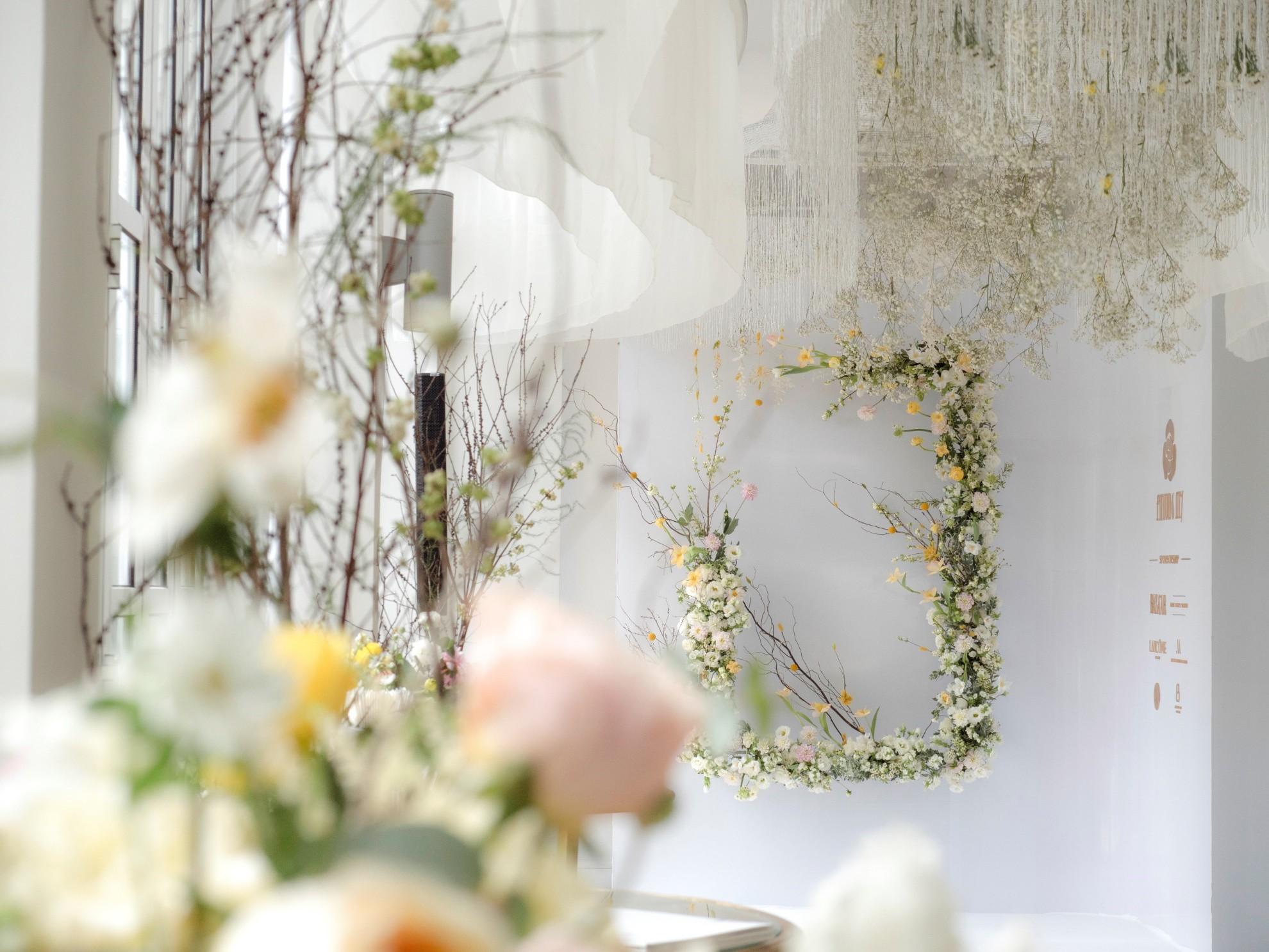 Hé lộ không gian thần tiên mộng ảo, chứa đựng các thiết kế cưới đẳng cấp của Phương My - Ảnh 2.