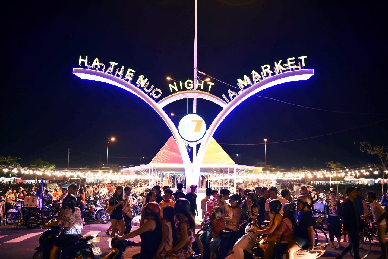 Vừa khai trương, chợ đêm Ha Tien Night Market bất ngờ lọt top điểm đến hấp dẫn phía Nam - Ảnh 1.
