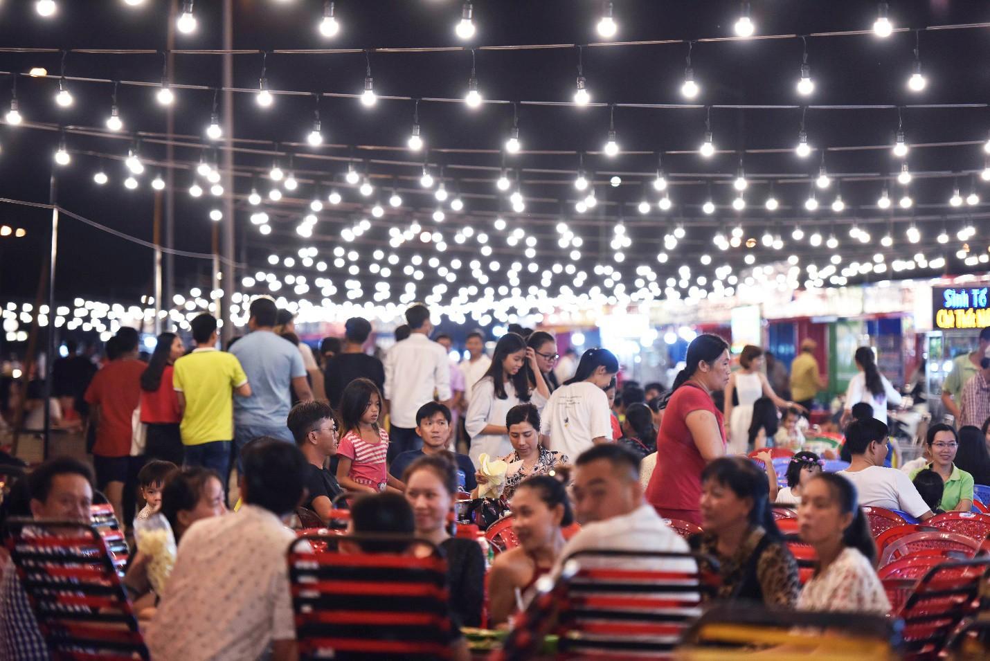 Vừa khai trương, chợ đêm Ha Tien Night Market bất ngờ lọt top điểm đến hấp dẫn phía Nam - Ảnh 2.