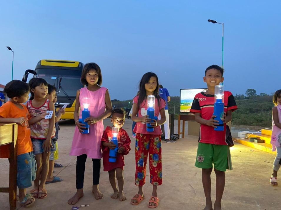 """""""Đánh cắp mặt trời"""" để thắp sáng thôn nghèo Bình Phước - Ảnh 3."""