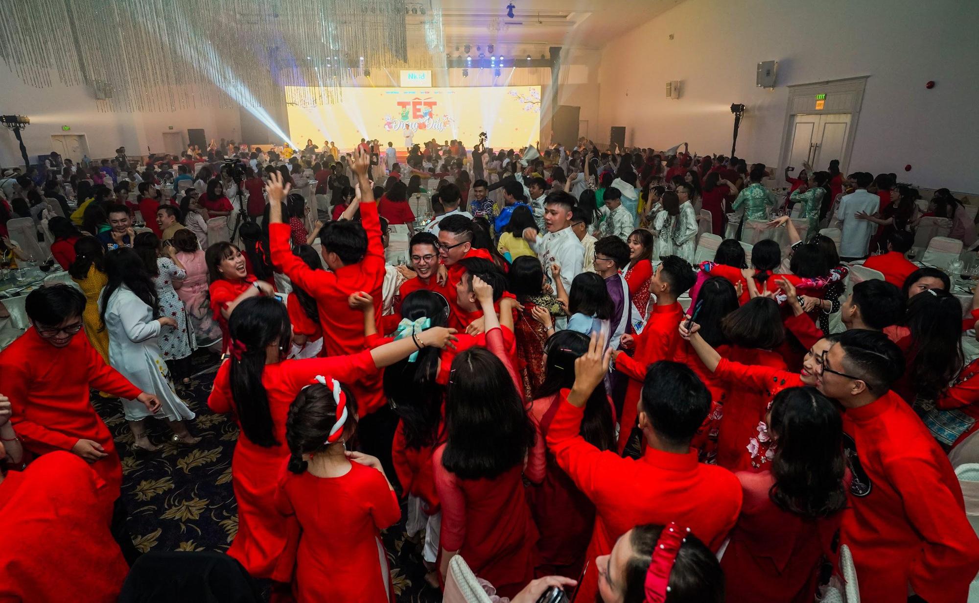 Công ty đúng chuẩn nhà người ta: 1500 nhân viên cả nam lẫn nữ đồng lòng mặc áo dài, bung xõa hết nấc trong tiệc tất niên - Ảnh 9.