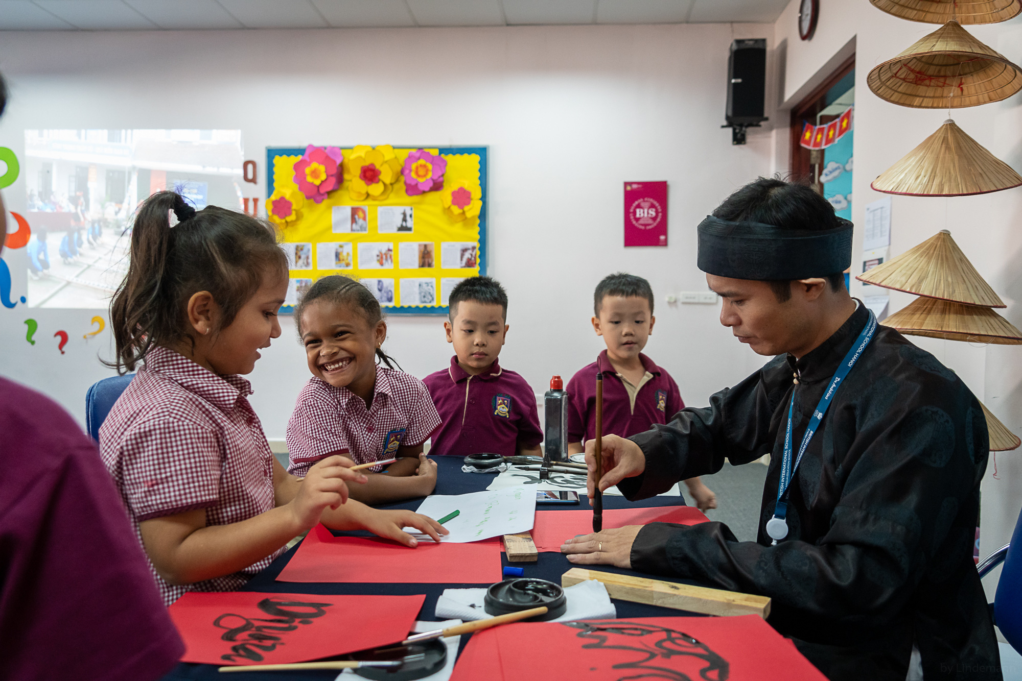 Các bạn nhỏ trường BIS Hà Nội siêu đáng yêu trong MV mừng xuân Canh Tý 2020 cùng với ca sĩ Mỹ Dung - Ảnh 2.