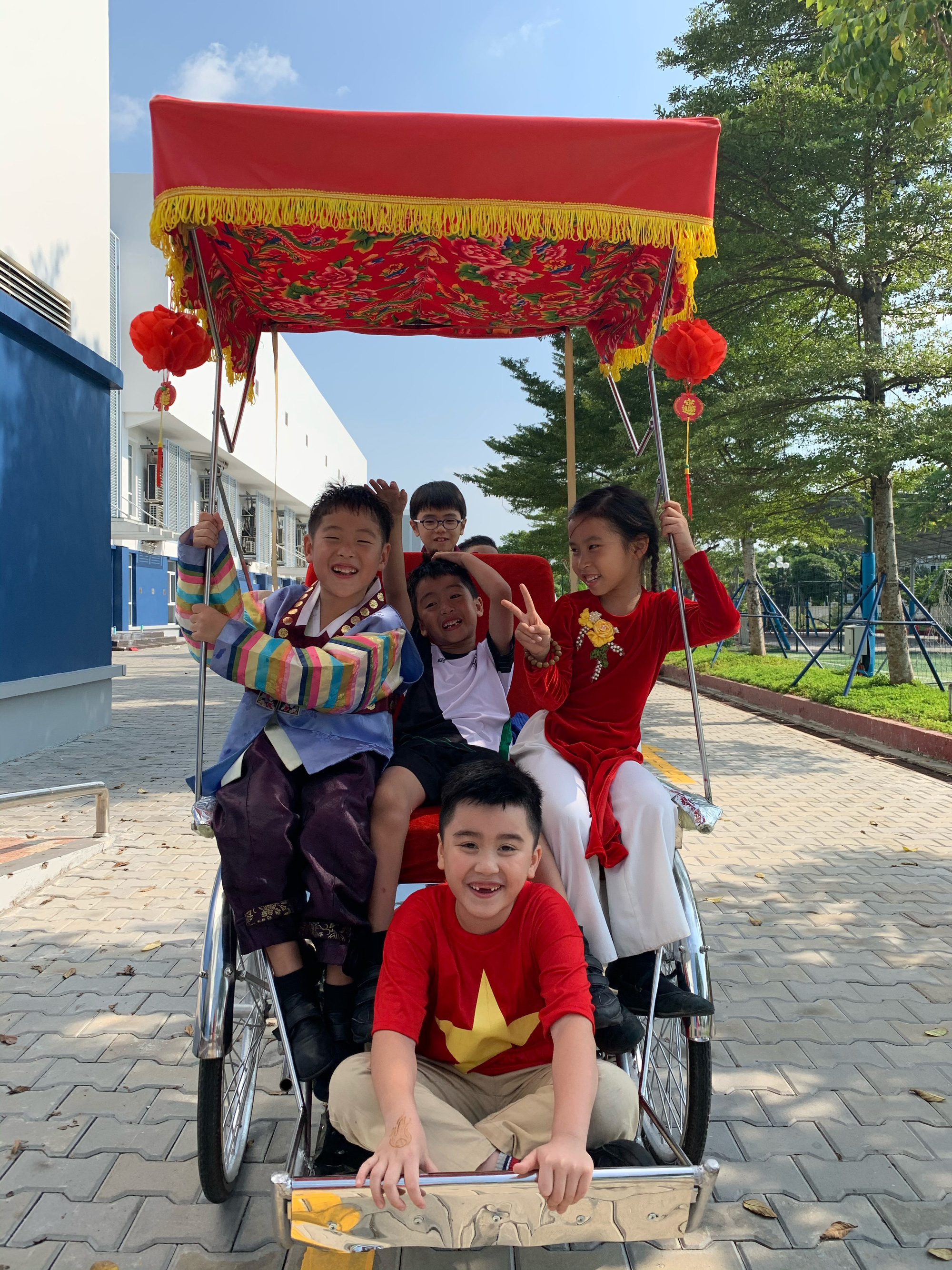 Các bạn nhỏ trường BIS Hà Nội siêu đáng yêu trong MV mừng xuân Canh Tý 2020 cùng với ca sĩ Mỹ Dung - Ảnh 3.