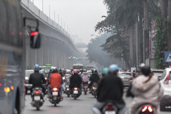 """Thời tiết mịt mù, người Hà Nội lách qua từng con phố để """"về nhà ăn Tết"""" - Ảnh 4."""