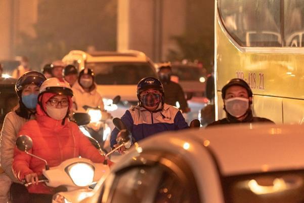 """Thời tiết mịt mù, người Hà Nội lách qua từng con phố để """"về nhà ăn Tết"""" - Ảnh 8."""