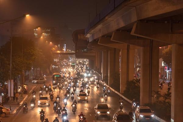 """Thời tiết mịt mù, người Hà Nội lách qua từng con phố để """"về nhà ăn Tết"""" - Ảnh 10."""