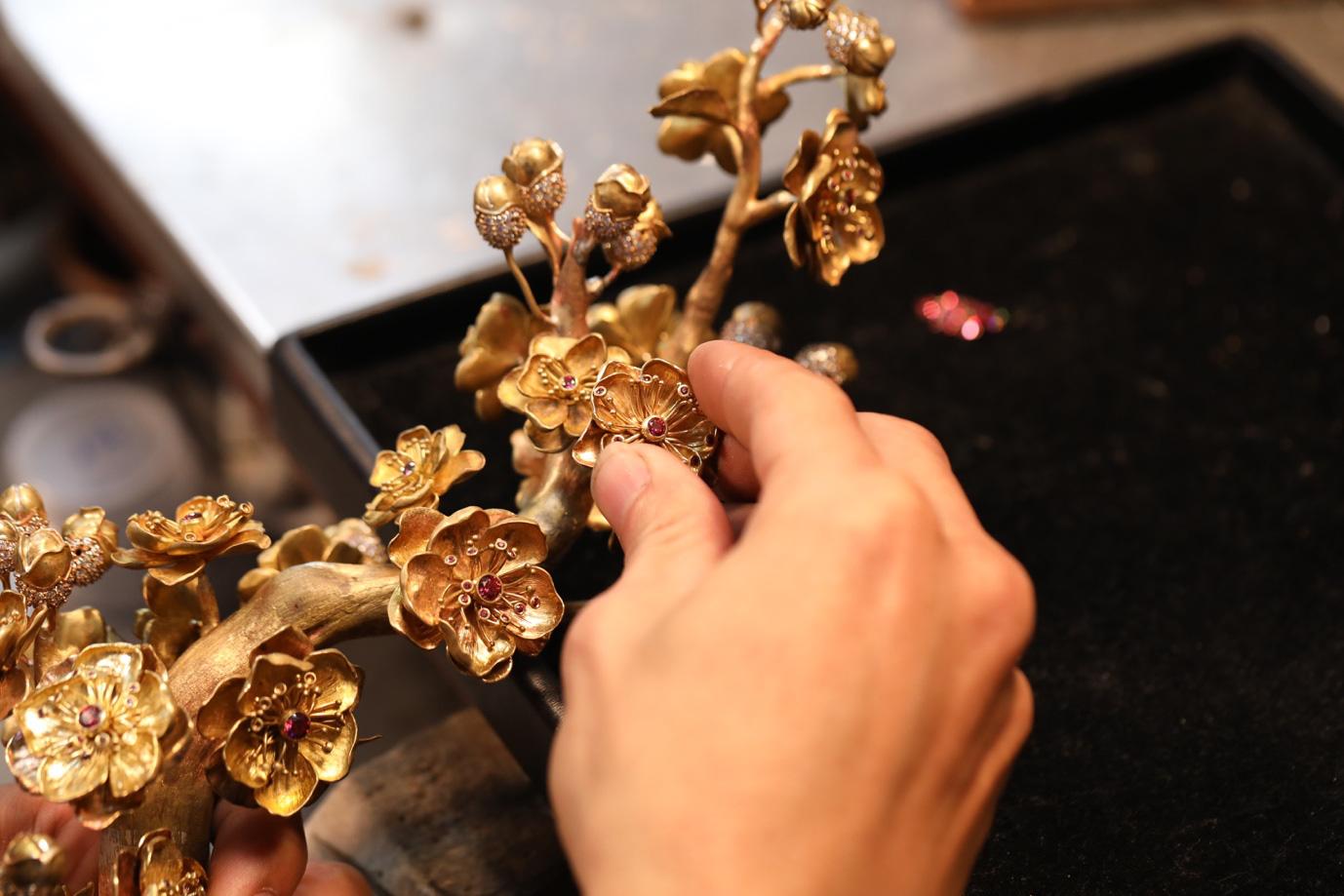 Cận cảnh chế tác nhành mai vàng – giải thưởng đặc biệt của Mai Vàng 25 năm - Ảnh 11.