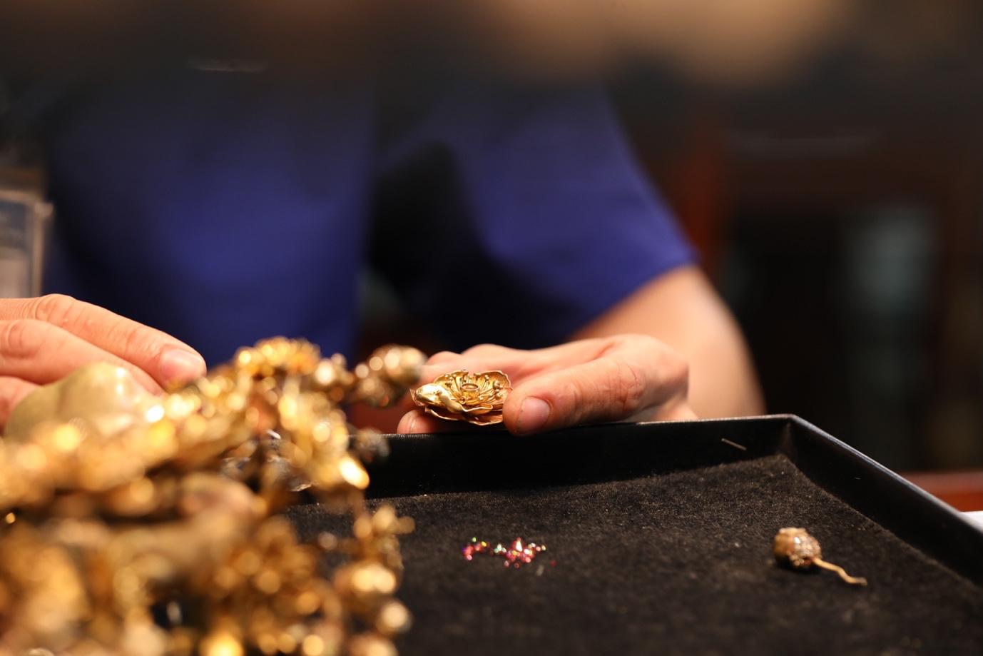 Cận cảnh chế tác nhành mai vàng – giải thưởng đặc biệt của Mai Vàng 25 năm - Ảnh 7.