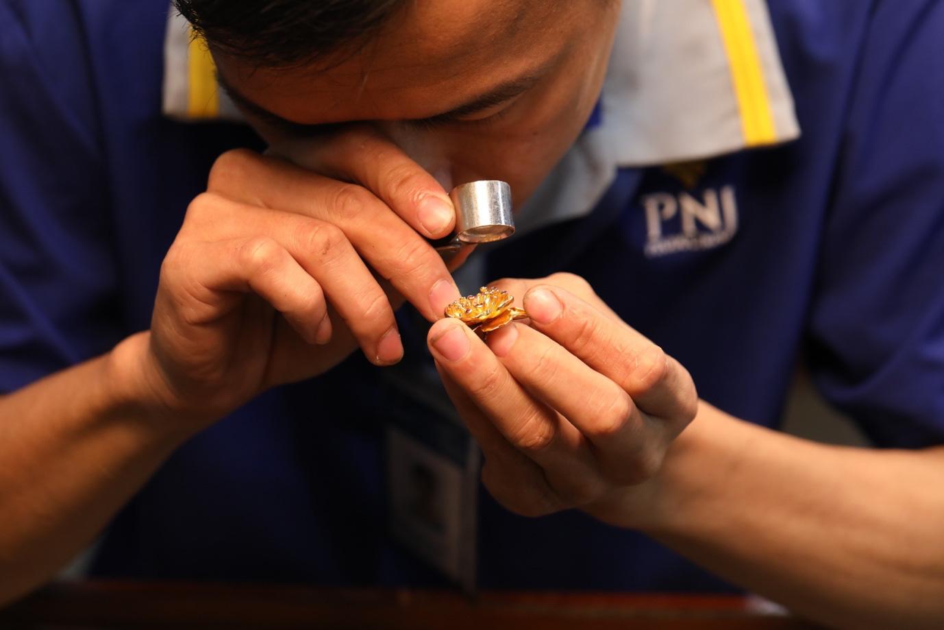 Cận cảnh chế tác nhành mai vàng – giải thưởng đặc biệt của Mai Vàng 25 năm - Ảnh 8.