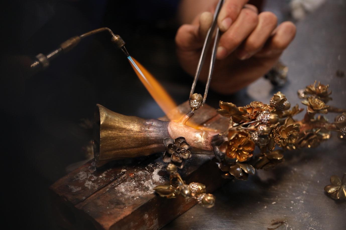 Cận cảnh chế tác nhành mai vàng – giải thưởng đặc biệt của Mai Vàng 25 năm - Ảnh 10.