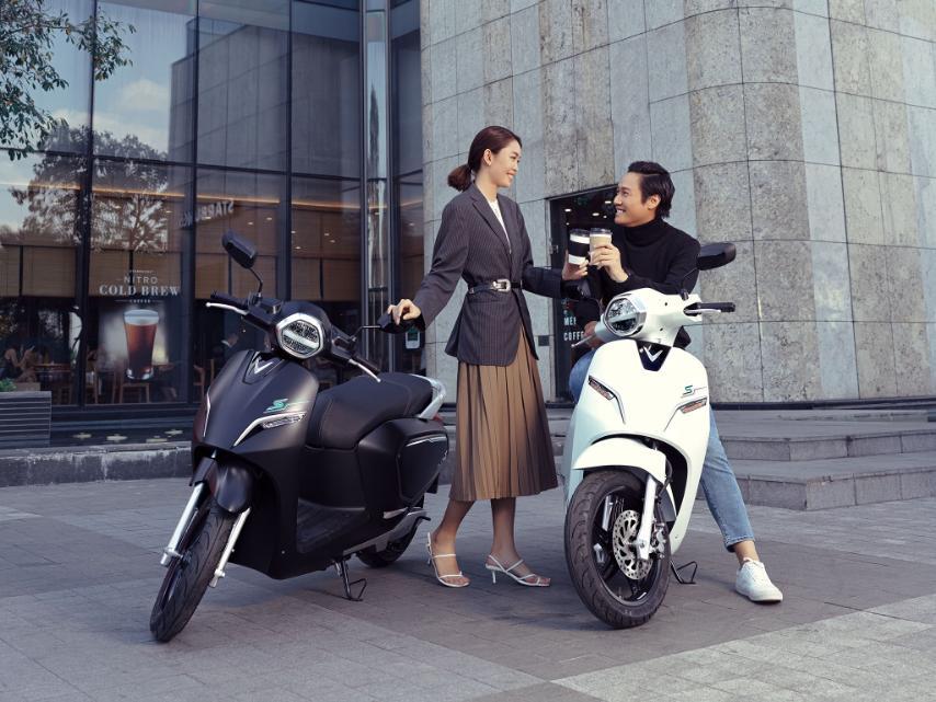 VinFast bổ sung sạc pin cho xe máy điện, người dùng dùng có thể tự sạc hoặc đổi pin - Ảnh 1.