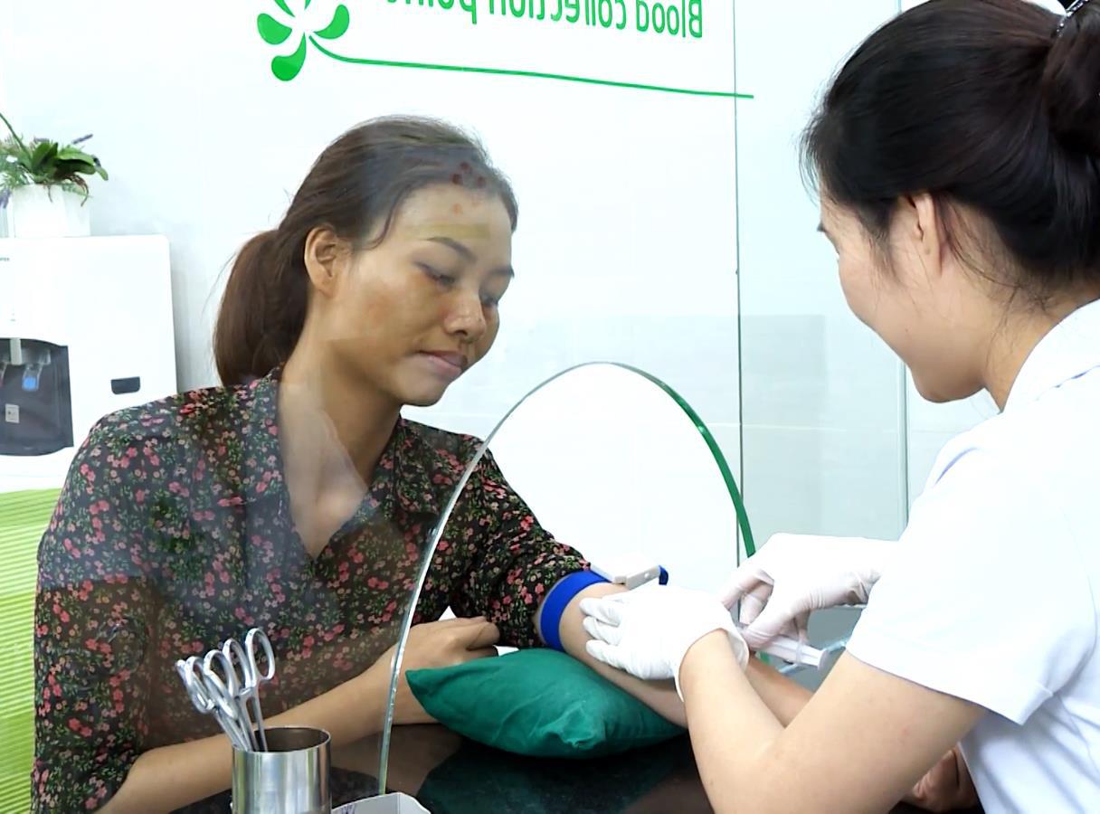 """Minh Hằng, Phương Oanh trao tấm vé tài trợ 1 tỷ đồng giúp mẹ đơn thân 9x """"đổi vận"""" - Ảnh 3."""