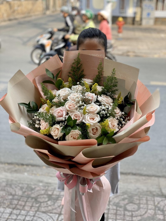 Những bó hoa siêu to khổng lồ làm nàng choáng ngợp - Ảnh 1.