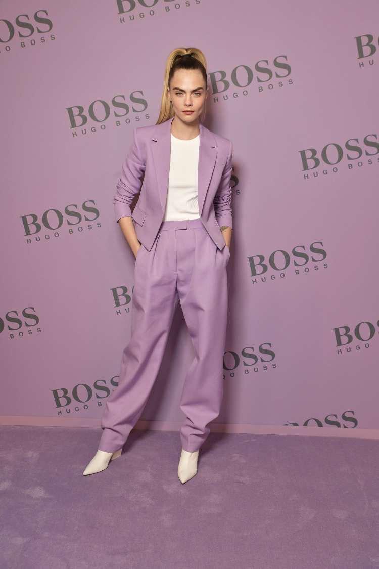 Cara Delevingne diện suit tím nổi bật tại show diễn BOSS Thu Đông 2020 - Ảnh 1.