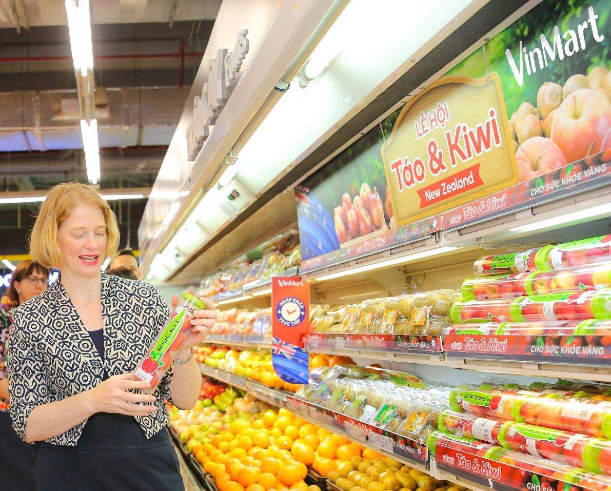 Đại sứ New Zealand thưởng thức táo và kiwi của đất nước mình ngay tại VinMart - Ảnh 1.