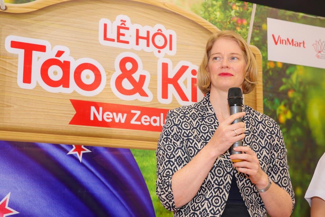 Đại sứ New Zealand thưởng thức táo và kiwi của đất nước mình ngay tại VinMart - Ảnh 2.