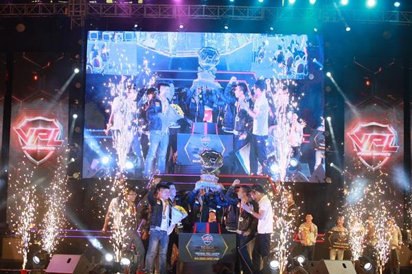 Giây phút vinh quang nâng cao chiếc cup vô địch của FPS Gaming