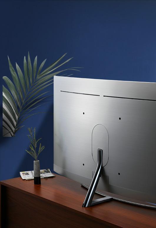 Ngoài ra bạn có thể sử dụng nhưng đồ nội thất với vật liệu kim loại phản xạ ánh sáng tốt như chiếc TV QLED này. Bề mặt mạ crom bóng loáng của nó chắc chắn sẽ giúp căn phòng của bạn đỡ cảm giác nặng nề.