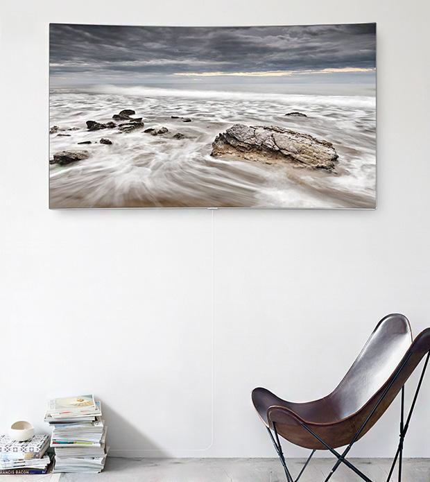 Màu sơn, gương và những đồ nội thất kim loại như TV QLED là những lựa chọn hoàn hảo giúp một không gian phòng khách nhỏ hẹp trở nên sáng sủa hơn.