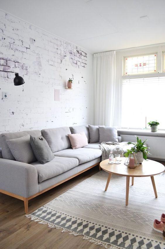 Tường và trần được sử dụng cùng tone màu trắng. Đồ nội thất với gam màu trung tính và màu be giúp không gian trông gọn gàng hơn rất nhiều