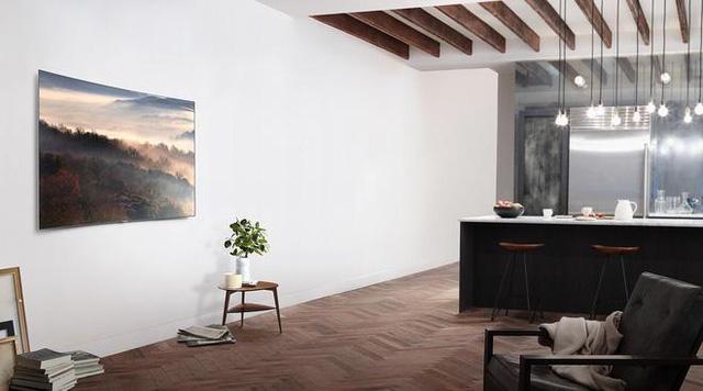 Một sự kết hợp hoàn hảo giữa màu sơn tường, sàn nhà gỗ và những thiết bị công nghệ TV QLED