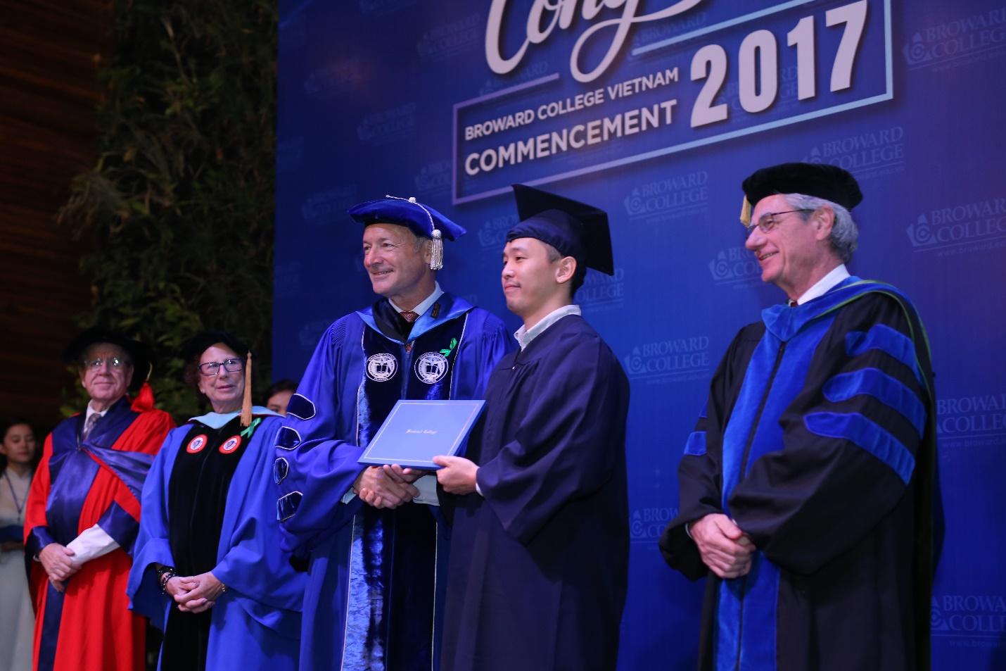 Chủ tịch và các đại diện cấp cao của Đại học Broward Hoa Kỳ trực tiếp tham dự buổi lễ đặc biệt cùng sinh viên Việt Nam.