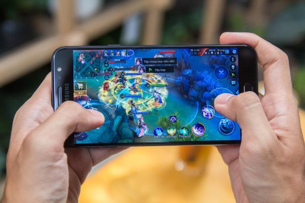 """Chơi game nặng luôn là """"cơn ác mộng"""" đối với phần cứng của smartphone."""