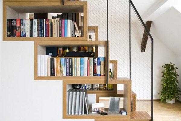Cầu thang hoặc gầm cầu thang ở các công trình nhà lô, thường khá lộ. Vì vậy, việc tận dụng lợi thế của chúng, bạn hoàn toàn có thể decor góc thang của mình thành điểm nhấn cho phòng khách.