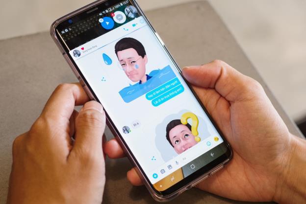 AR Emoji giúp các cuộc hội thoại thể hiện được cảm xúc tốt hơn như thế này.