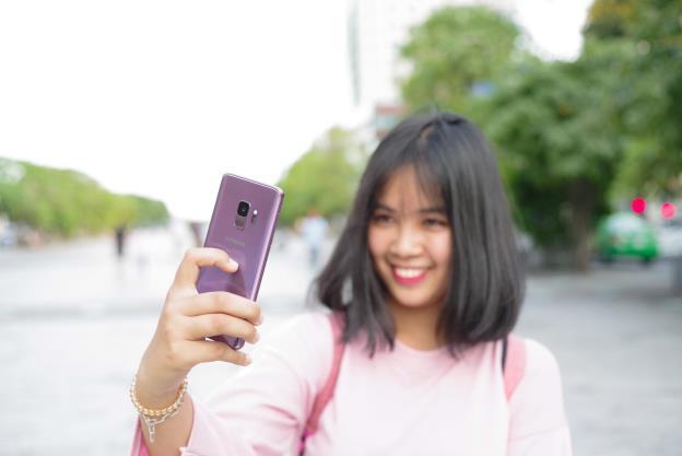 """Cô bạn Quỳnh Mai cho biết mình rất hay sử dụng mạng xã hội. """"Tần suất Mai sử dụng Facebook khá nhiều và đa phần là dùng smartphone để online hơn là máy tính bởi tính tiện dụng và có thể chụp ảnh - gửi ảnh ở mọi nơi cho bạn bè""""."""