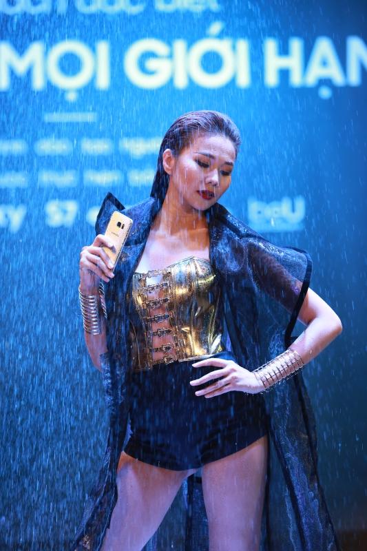 Siêu phẩm Samsung Galaxy S7 Edge khoe dáng dưới mưa - Ảnh 2.