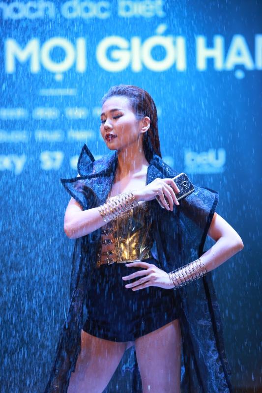 Siêu phẩm Samsung Galaxy S7 Edge khoe dáng dưới mưa - Ảnh 3.
