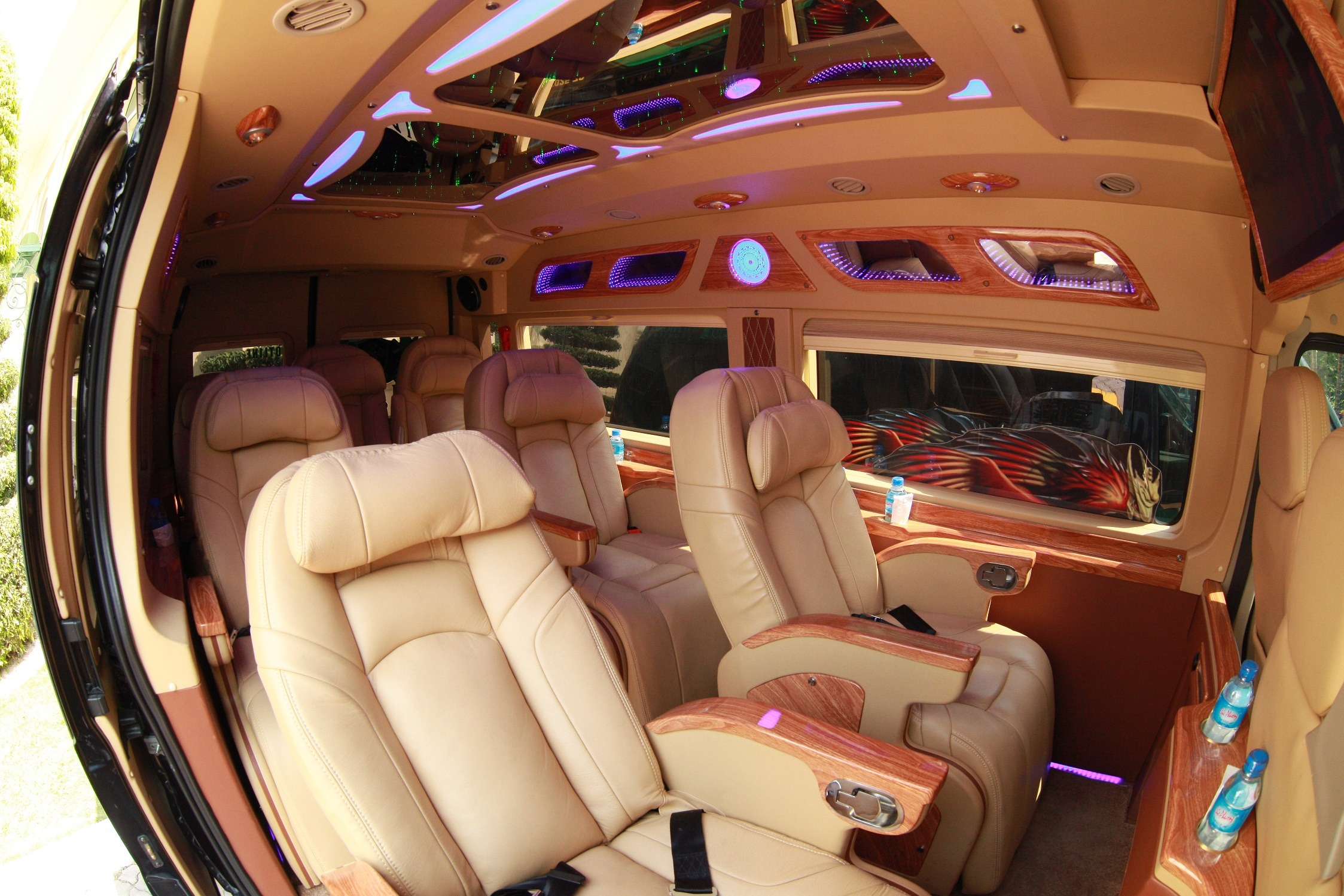 VCAR - Xe Limousine thế hệ mới về với Thành phố Hoa Phượng Đỏ - Ảnh