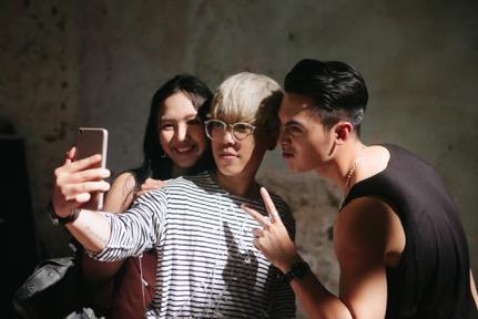 Choáng với trình selfie sống ảo của Kai Đinh & Ê kíp MV Điều buồn nhất - Ảnh 3.