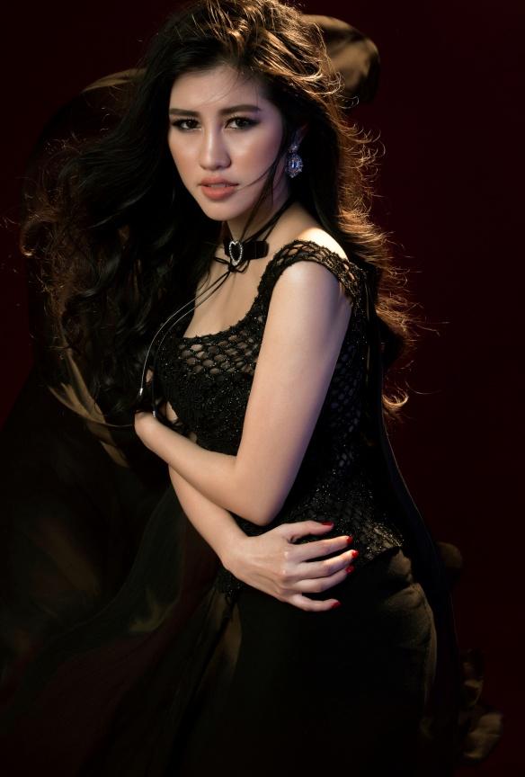 Người đẹp Emily Hồng Nhung đầy ma mị trong trang phục dạ hội mang phong cách châu Âu - Ảnh 4.