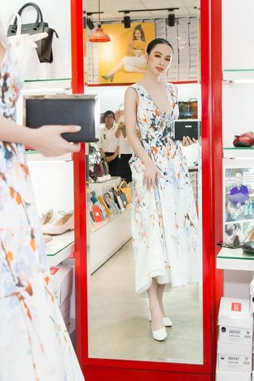 Ngắm Diễm My 9X, Angela Phương Trinh sang chảnh khi diện giày thương hiệu Việt - Ảnh 5.