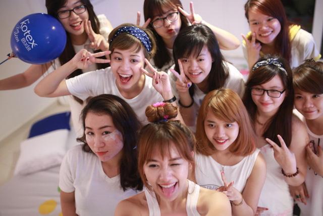 Sau Đông Nhi, Mlee xúng xính mở tiệc ngủ cùng fan nữ - Ảnh 4.