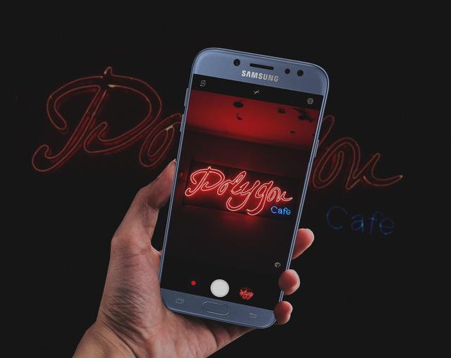Sau chinh phục bóng tối, Galaxy J7 Pro lại gây bất ngờ với khả năng selfie cực đỉnh - Ảnh 1.