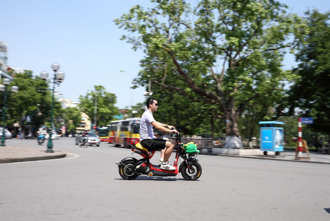 Kết quả hình ảnh cho xe máy điện ngoài trời nắng