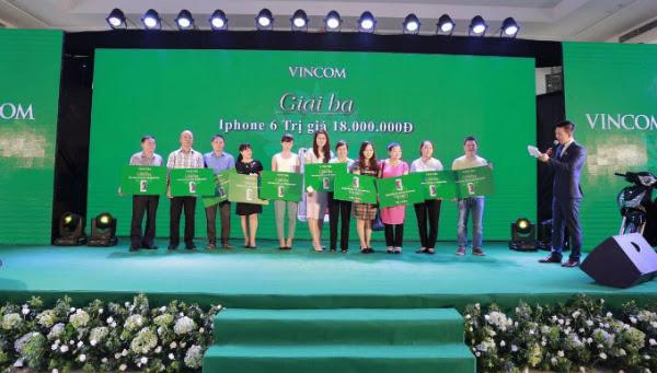 Tổng giám đốc Nguyễn Thị Thu Trang trao giải cho khách hàng trong lễ mở bán dự án Vincom shophouse Tuyên Quang.