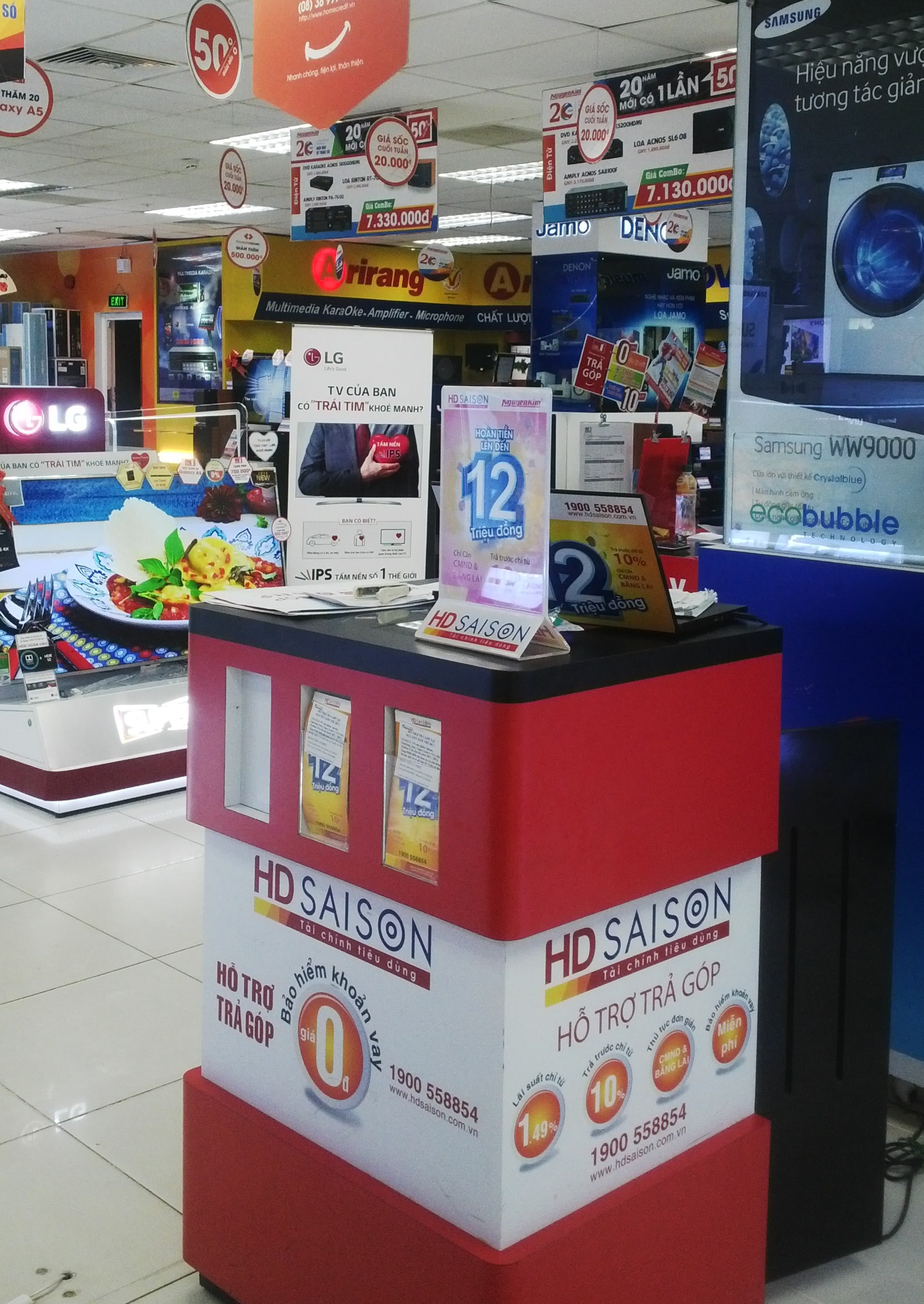 Bàn tư vấn của HD SAISON đặt tại các trung tâm, cửa hàng điện máy.