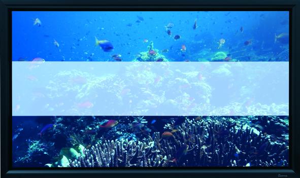 So sánh chất lượng màn chiếu quang học (phần trên và phần dưới) và màn chiếu thông thường (phần ở giữa) sử dụng máy chiếu 2500 ANSI Lumens LCD trong môi trường sáng (ánh sáng môi trường 450 LUX đo trên bề mặt màn chiếu).