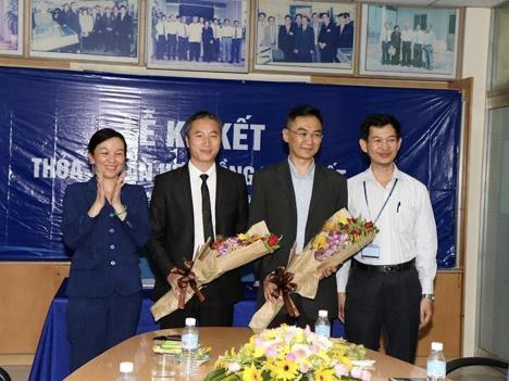 Đại diện nhà đầu tư tại KCN Tân Tạo chụp hình lưu niệm với lãnh đạo quận Bình Tân, Hepza và lãnh đạo Tập đoàn Tân Tạo.