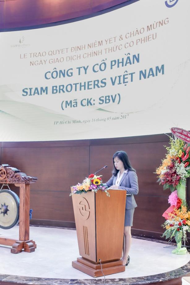 Bà Lê Thị Tuyết Hằng- Trưởng Phòng Niêm Yết HOSE đọc quyết định niêm yết cổ phiếu SBV.