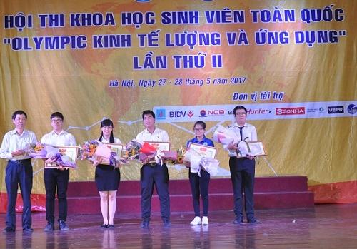 Sinh viên Hoàng Hồng Hạnh đại diện nhóm nghiên cứu nhận bằng khen và giải thưởng tại Hội thi.