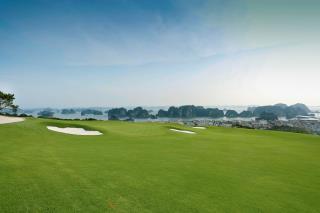Một góc sân golf đã hoàn tất với fairway lượn sóng và thảm cỏ xanh mịn.