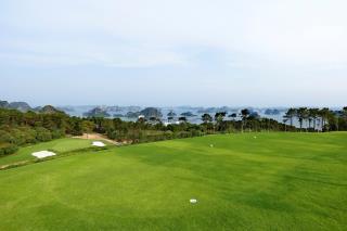 Khung cảnh Vịnh Hạ Long nhìn từ sân golf.